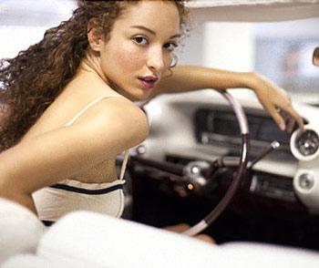 Женщина за рулем авто